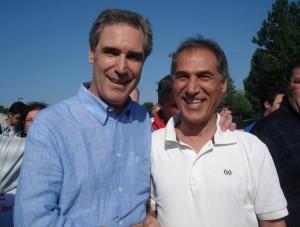 مشهود ناصری-مترجم مطلب (سمت راست) در کنار مایکل ایگناتیف. ایگناتیف رهبر سابق حزب لیبرال کانادا بود