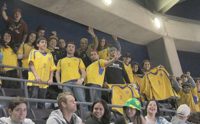 از سوی سازمان ورزشی میپل لیفز، به نوجوانان ایرانی هدایایی شامل تیشرت و کلاه رپترز اهدا شد. -پنجشنبه 26 اپریل 2012، ایر کانادا سنتر، عکس از سلام تورنتو