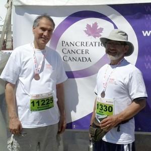 مشهود ناصری (سمت چپ) پس از شرکت در دو ۵ کیلومتر به همراه کن کیشبه. تیم «کن» توانست مبلغ ۶۴۰ دلار برای بنیاد دیوید سوزوکی اعانه جمع آوری کند
